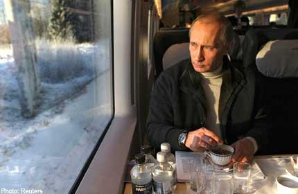 Liikkuvasta junasta ei pääse helposti pois. Mitä tulevaisuus tuo mukanaan vanhalle tsaarille, joka ei voi luottaa kehenkään..