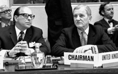Ilkka Pastinen (vas.) aseriisuntaneuvotteluissa Genevessä vuonna 1974.