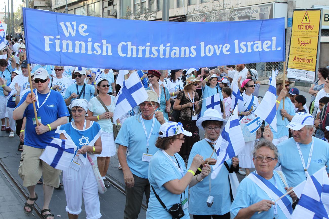 Suomalaisia marssimassa Jerusalemissa lehtimajanjuhlilla 2010. Kuva: Timo R. Stewart