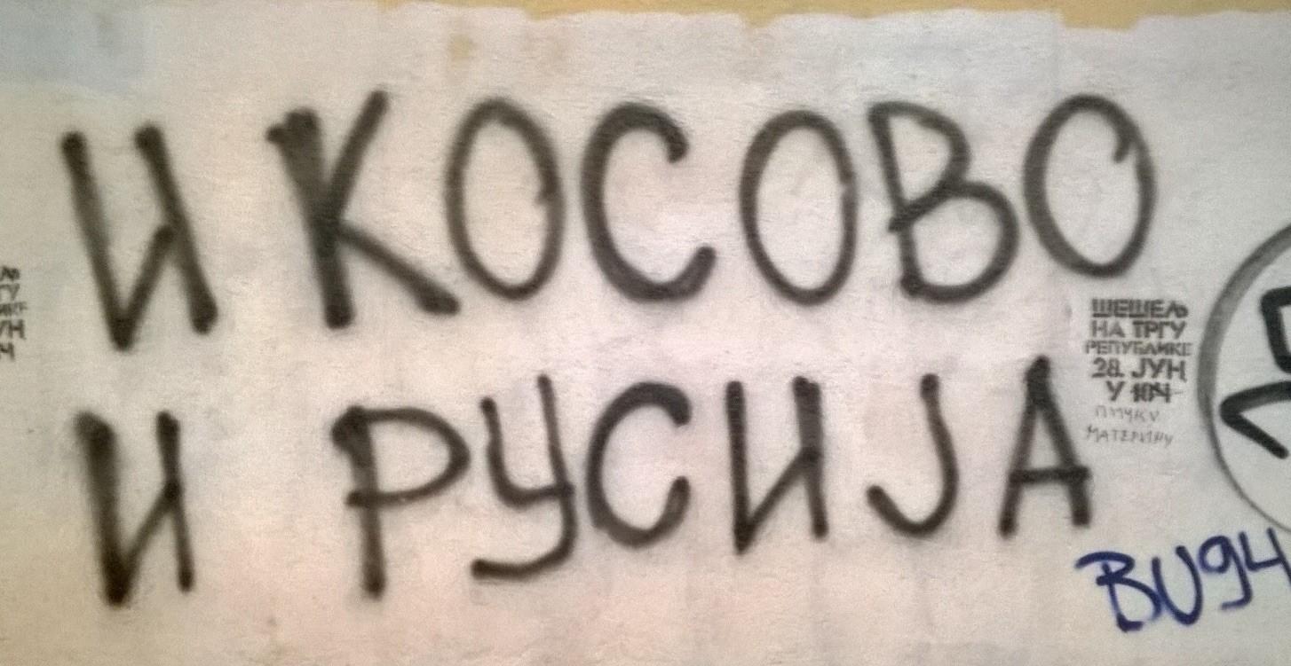 Graffiti Belgradin keskustassa kehottaa valitsemaan 'Kosovon ja Venäjän' Euroopan unionin sijaan. (Kuva: Mitjo Vaulasvirta)