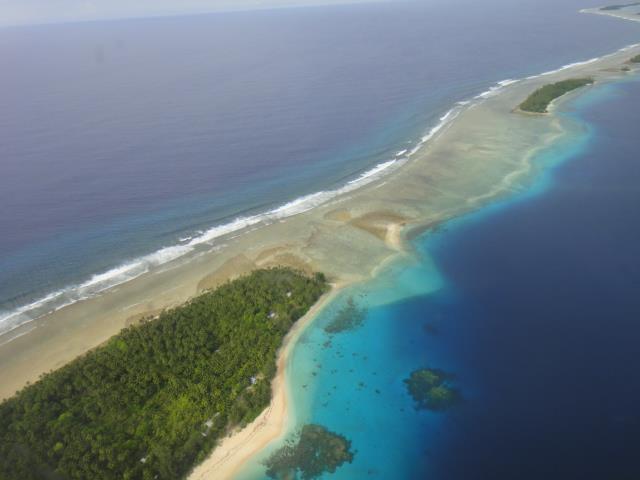 Kuvassa saaria Marshallinsaarten Majuro-atollilta. Marshallinsaarten neuvottelija Tony deBrum on ollut avainasemassa nostamassa haavoittuvien maiden profiilia ilmastoneuvotteluissa. Tyynellä valtamerellä sijaitsevalle atolliryhmälle ilmastonmuutos uhkaa koko valtion olemassa oloa - merenpinnannousu on tuhoisaa tasaisille, kapeille atolleille.