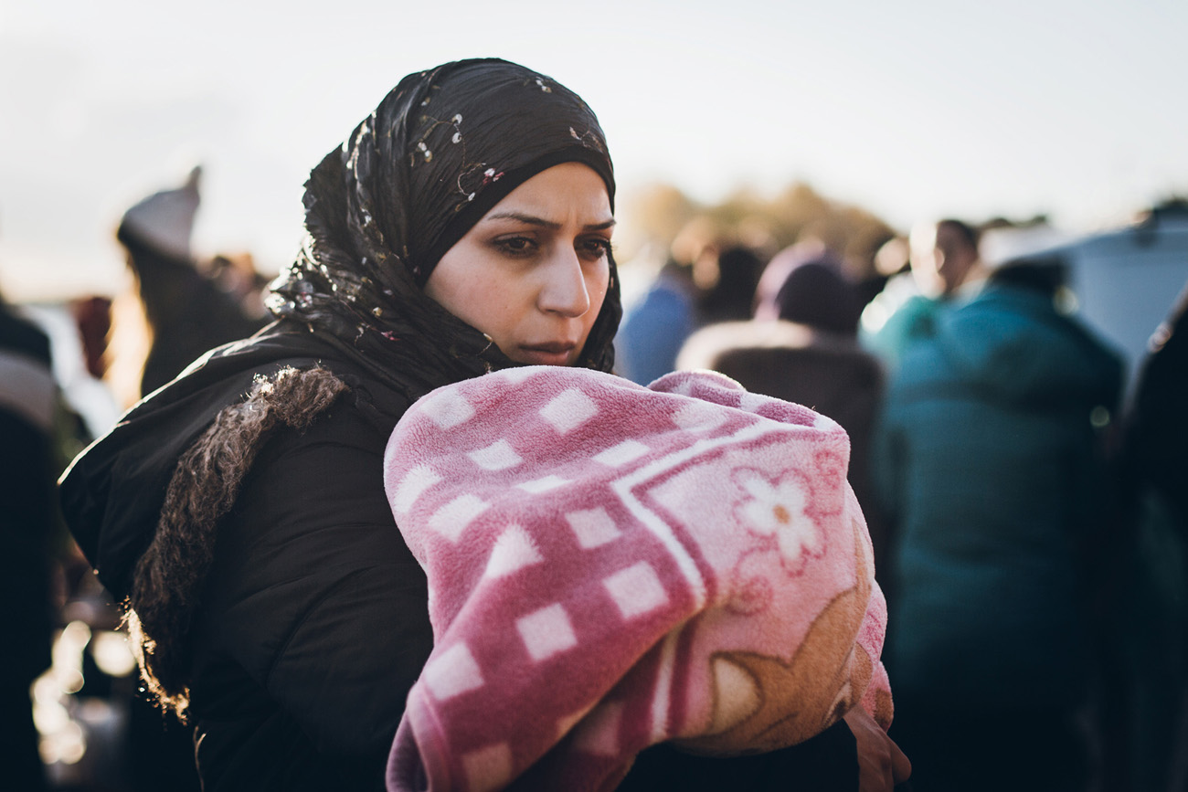 Syyrialainen nainen on muutaman viikon ikäisen vauvansa kanssa juuri saapunut turvallisesti Lesboksen saarelle. Kuva: Sami Lensu.