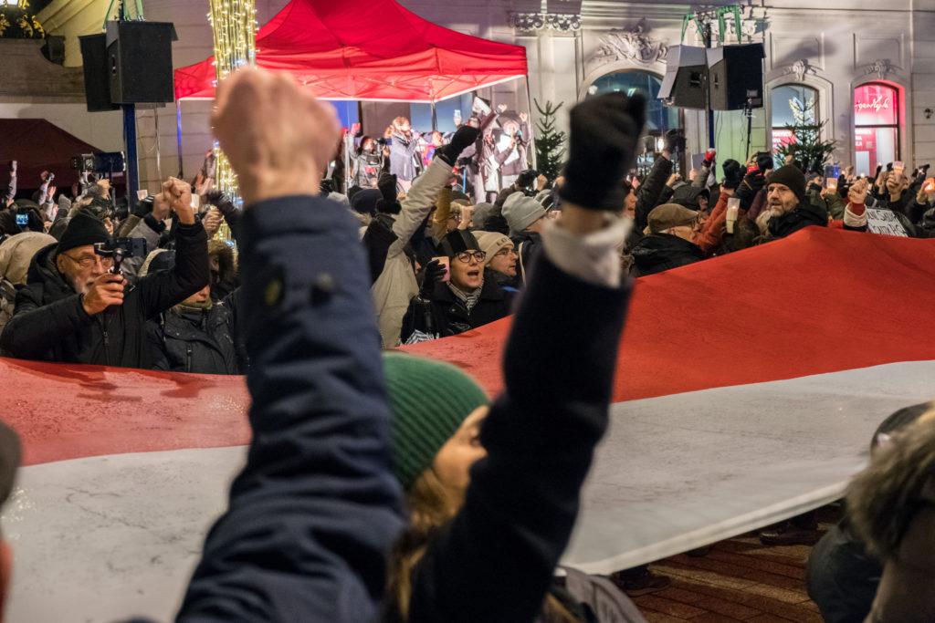 ihmisiä osoittamassa mieltään Puolan hallitusta vastaan