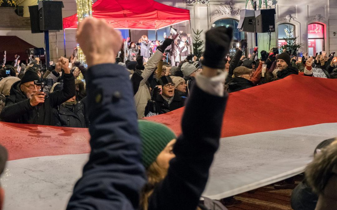 """Puola jatkaa oikeusreformia EU:n varoituksista piittaamatta – taustalla ajatus """"lainopillisesta mahdottomuudesta"""""""