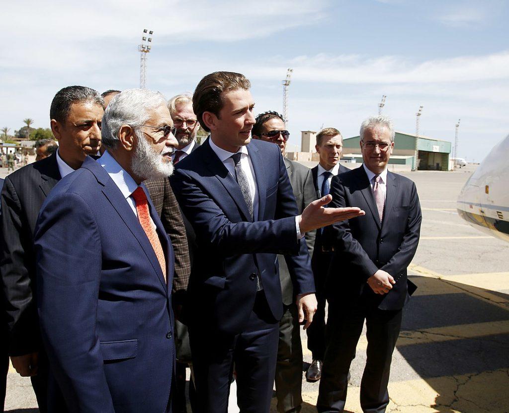 Itävallan kansleri Sebastian Kurz Libyan ulkoministeri Mohamed Taher Siyalan kanssa Tripolissa keväällä 2017.