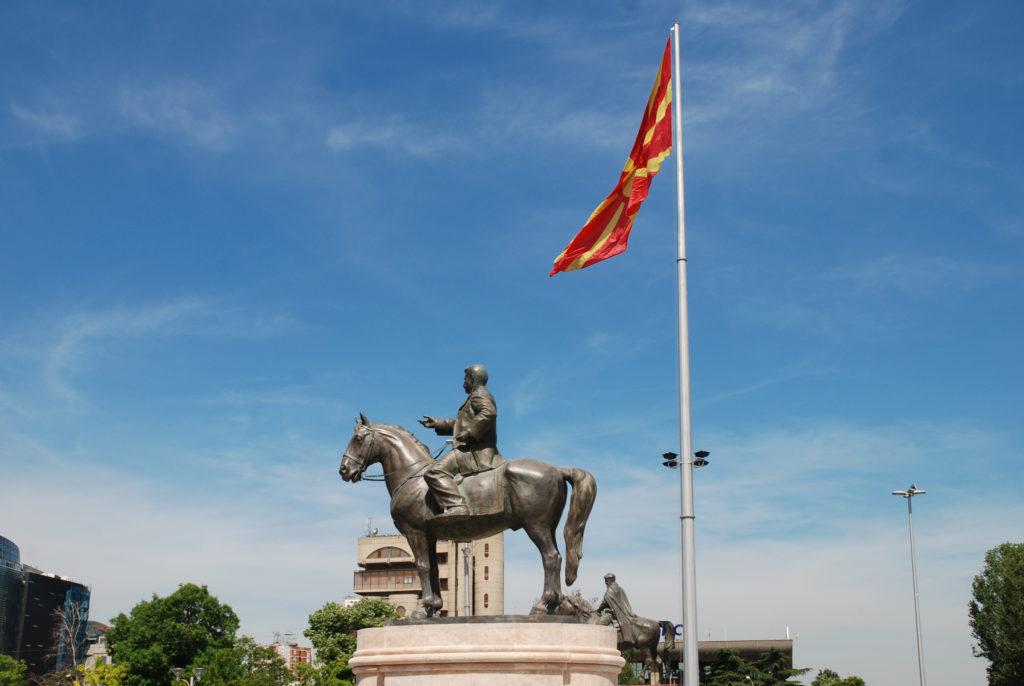 Patsas ja Makedonian lippu Skopjessa
