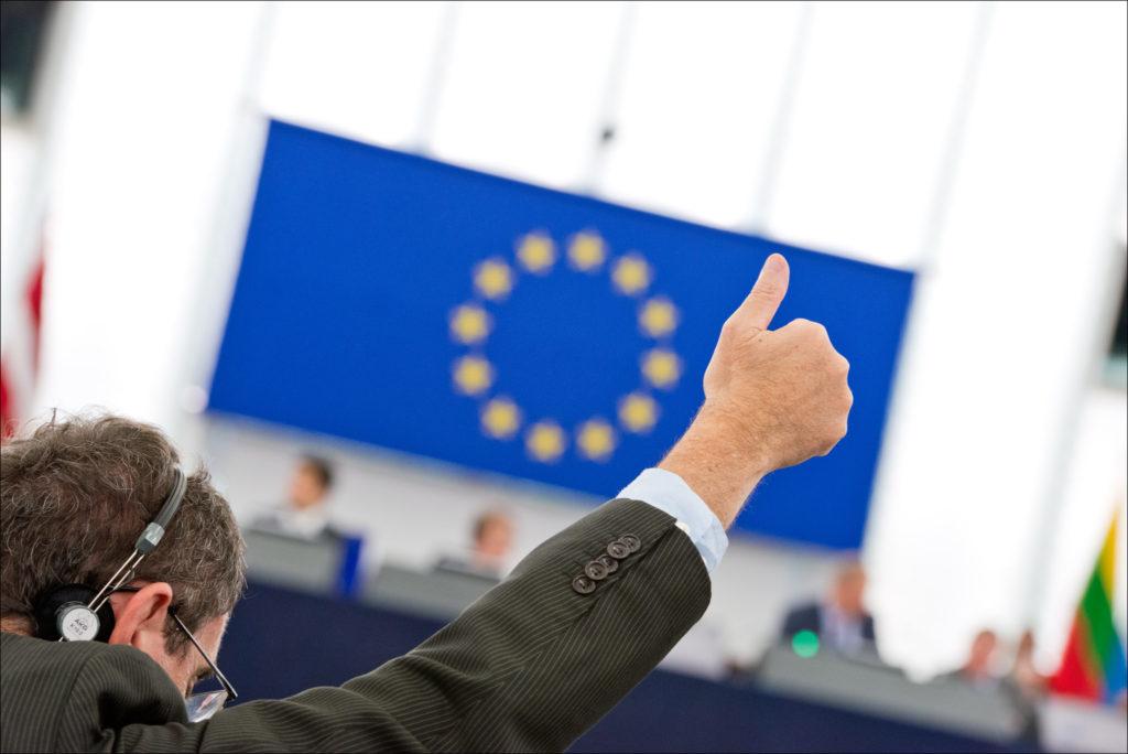Peukku pystyssä Euroopan parlamentin istunnossa.